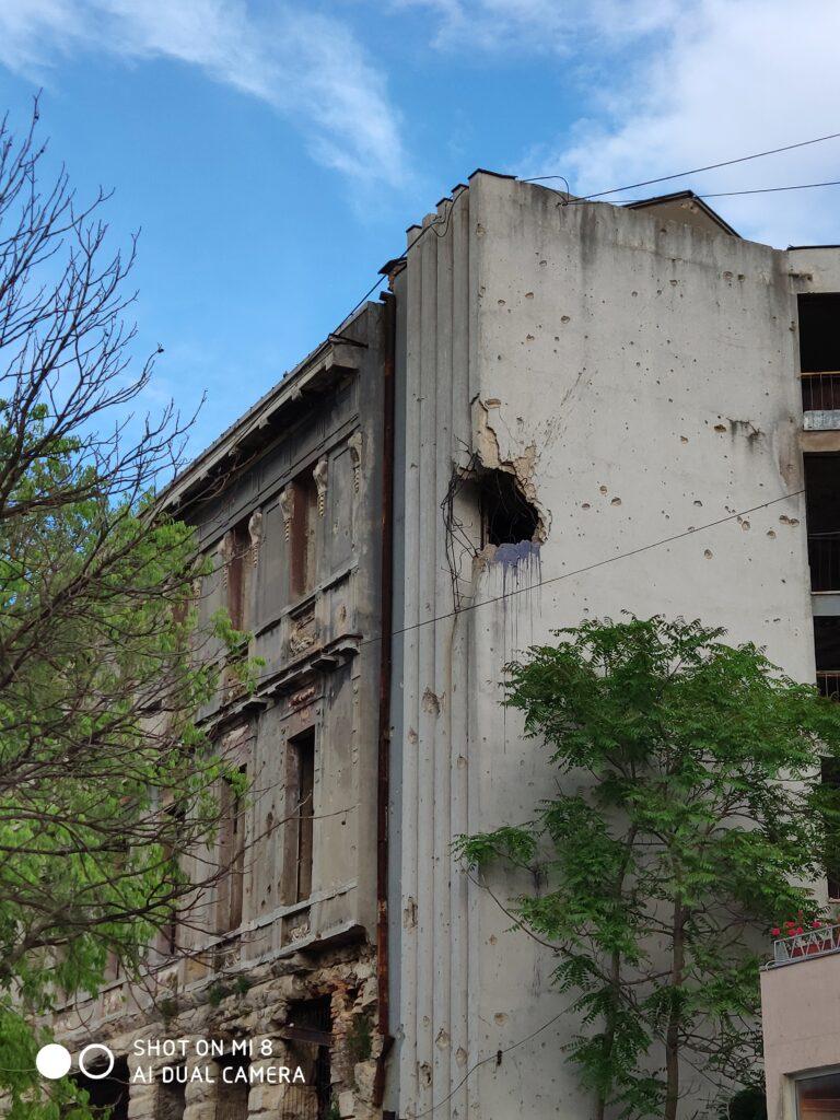 Kaputtes Gebäude mit Einschussloch in Mostar, Bosnien und Herzegowina.