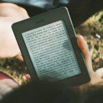 Ein Amazon Kindle in einer Hand.