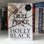 """Das Buch """"The Cruel Prince"""" steht in einem Bücherregal."""