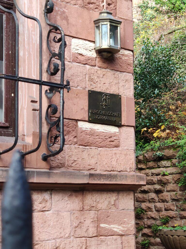 Ein Schild auf einem Haus in Heidelberg.