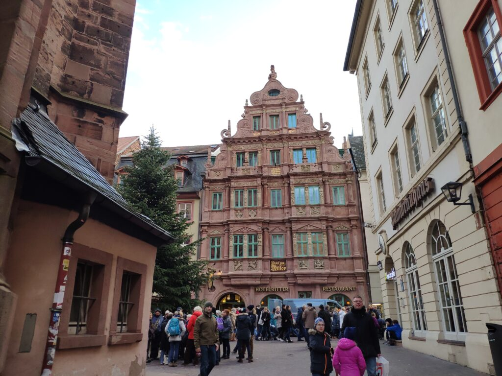 """Eine aufwendig verzierte Fassade des Gebäudes """"Zum Ritter St. Georg"""" auf der Hauptstraße in Heidelberg."""
