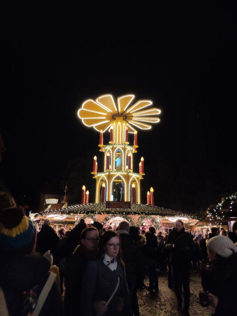 Ein beleuchteter Weihnachtsmarktstand im Dunkeln auf dem Weihnachtsmarkt in Heidelberg