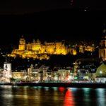 Das beleuchtete Heidelberger Schloss und der Necker-Fluss.