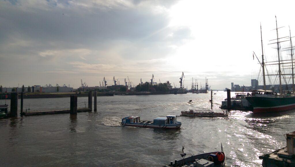 Der Hafen von Hamburg mit Schiffen auf dem Meer.
