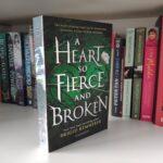 Buch A Heart So Fierce And Broken steht in einem Bücherregal.