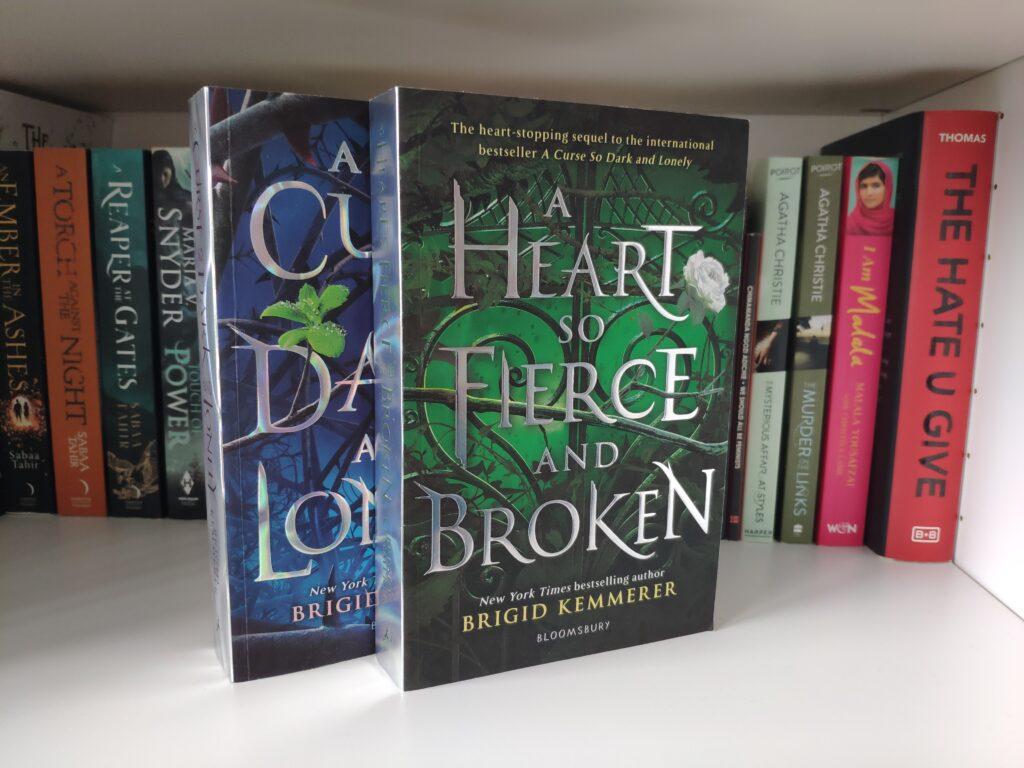 Die Bücher A Curse So Dark And Lonely und A Heart So Fierce And Broken von Brigit Kemmerer.