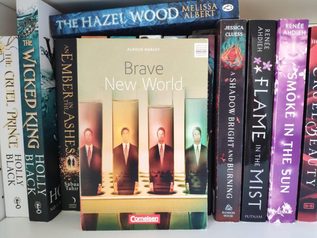 Buch Brave New World von Aldous Huxley in einem Bücherregal.