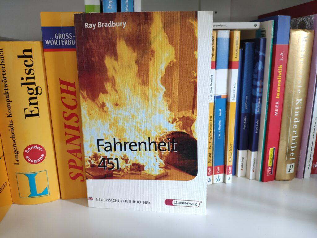 Das Buch Fahrenheit 451 von Ray Bradbury in einem Bücherregal.