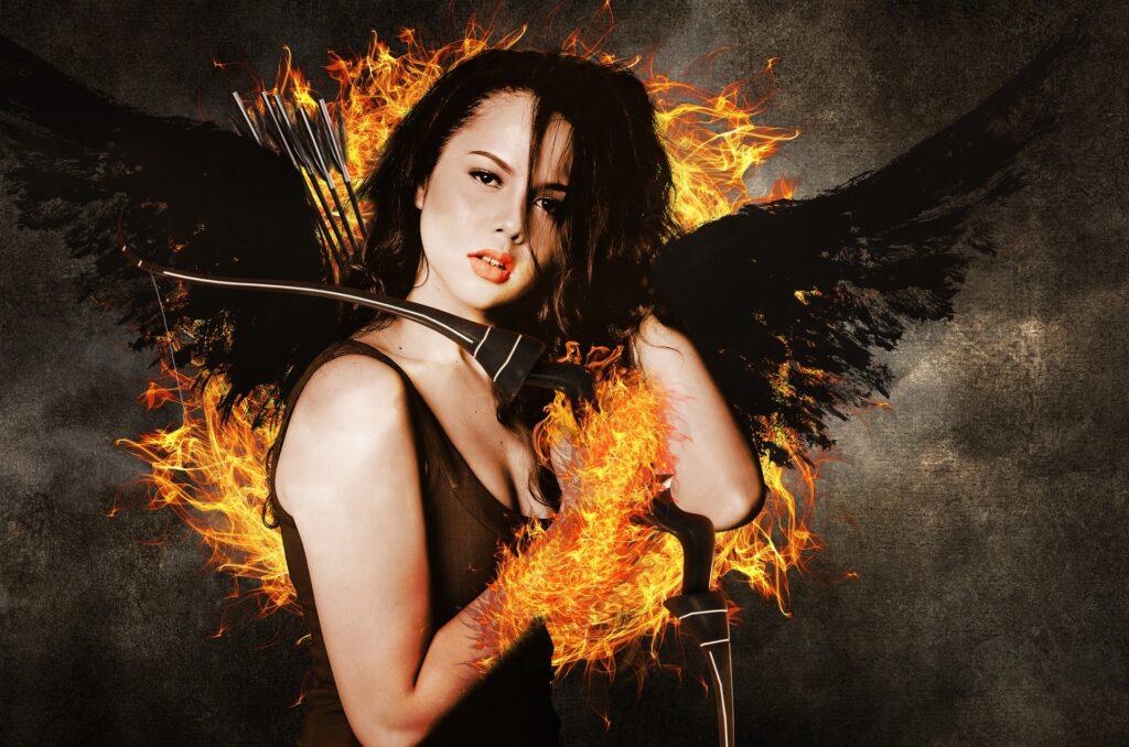 Ein Engel mit schwarzen Flügeln und Feuer.