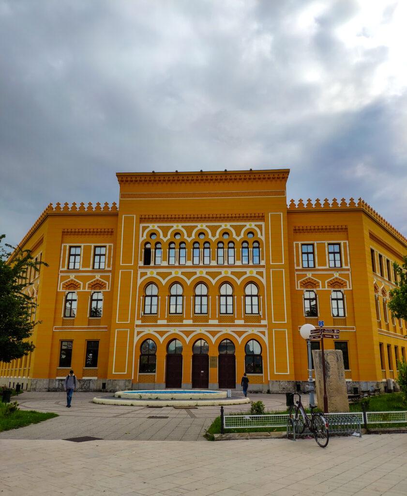 Das gelbe Gebäude des United World College UWC) in Mostar, Bosnien und Herzegowina.