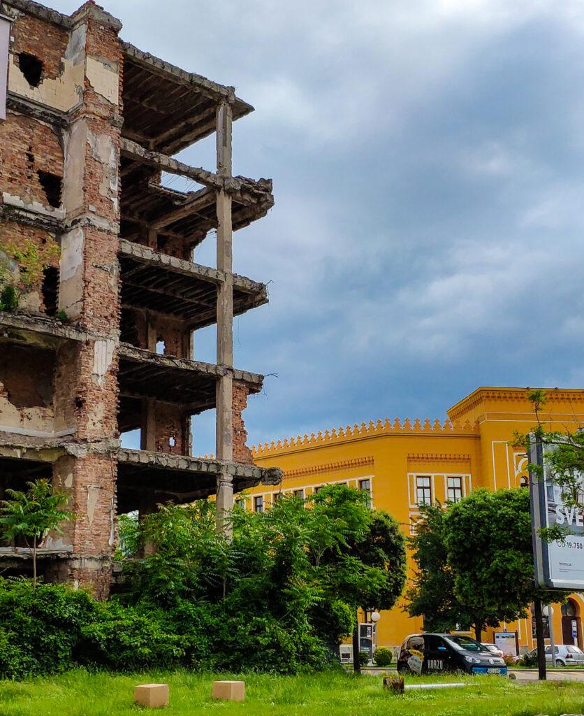 Ruine und Gebäude vom United World College in Mostar, Bosnien und Herzegowina.