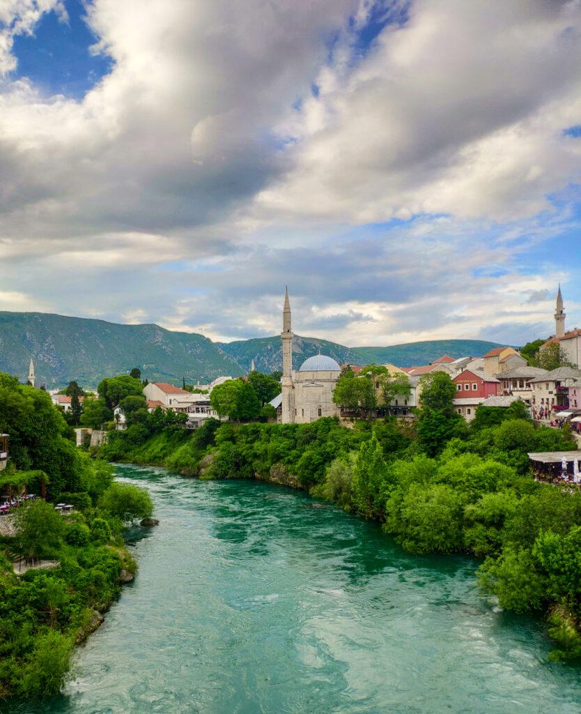 Die Stadt Mostar mit ihrer Moschee, dem Fluss Neretva und anderen Gebäuden.
