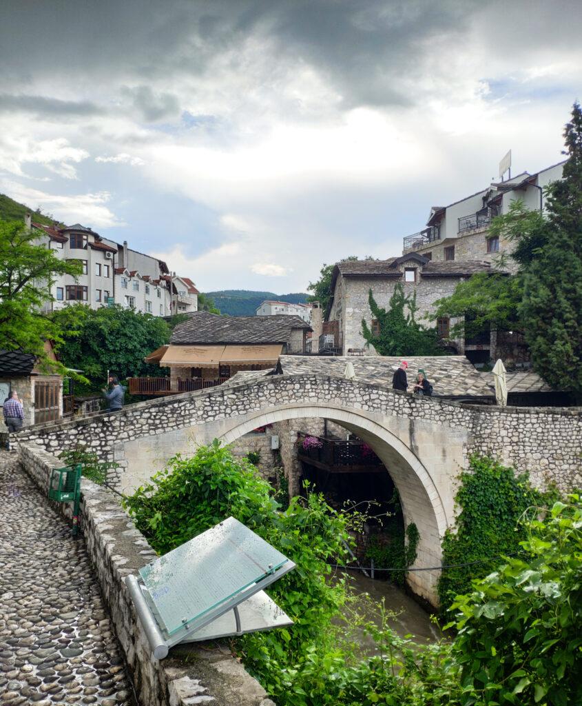 Die Crooked Bridge oder Kriva Cuprija in Mostar, Bosnien und Herzegowina