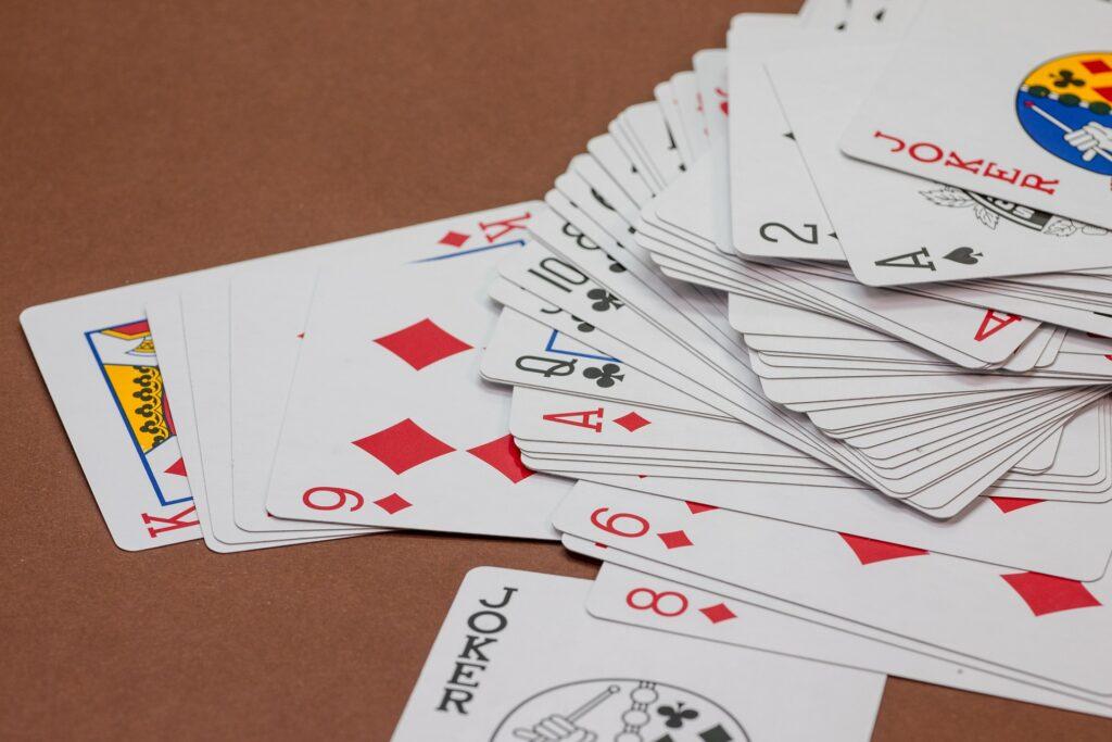 Spielekarten auf einem Tisch