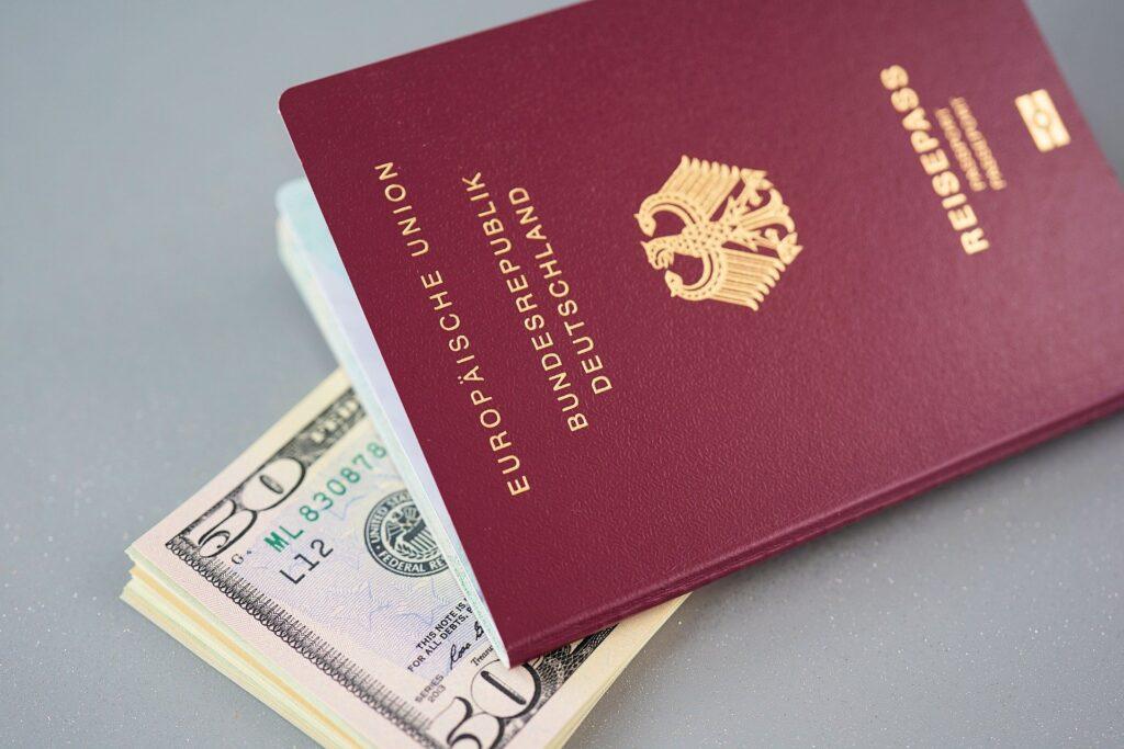 Reisepass und Geldscheine