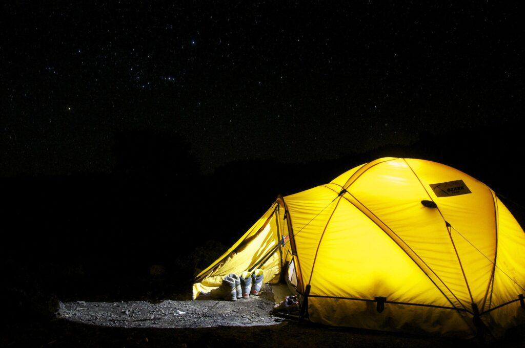 Ein beleuchtetes Zelt bei Nacht.