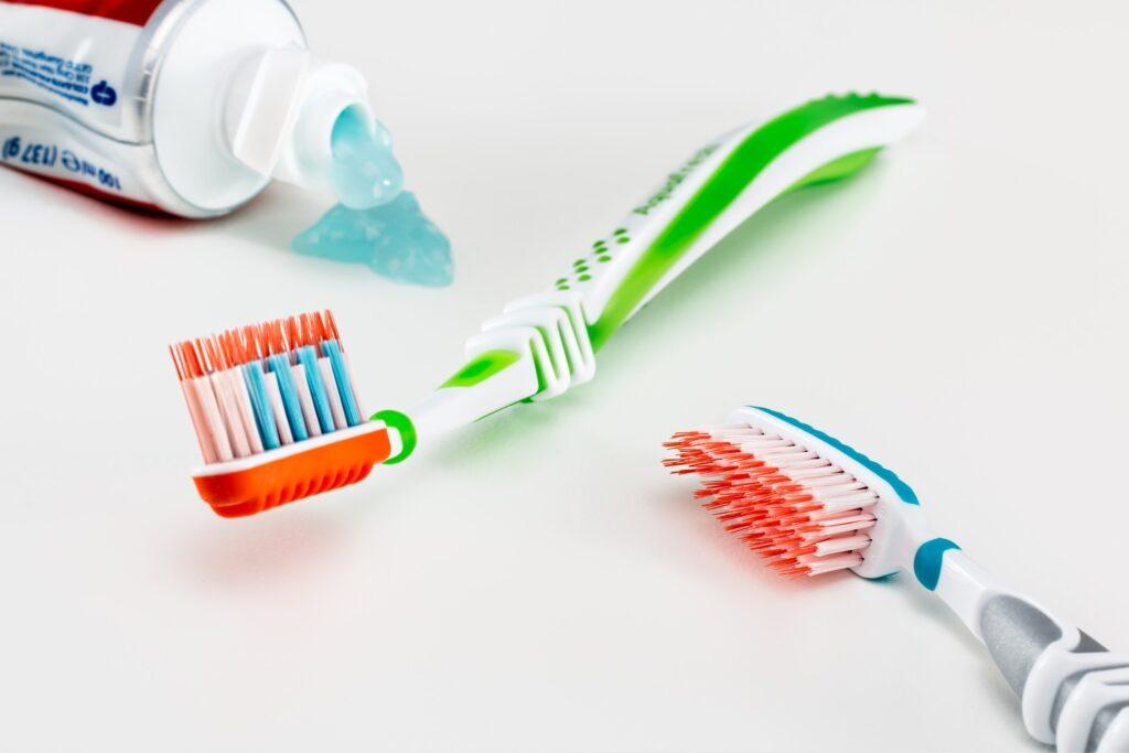 Zahnbürsten und Zahnpasta