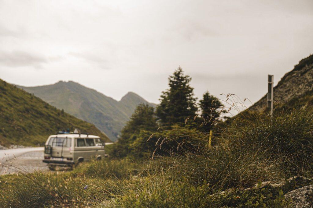 Ein Wohnmobil steht auf einer verlassenen Bergstraße.