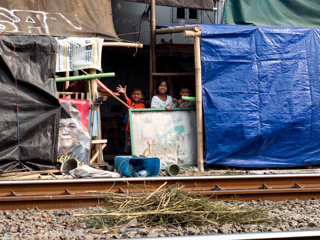 Kinder in ärmlichen Verhältnissen in Jakarta, Indonesien.