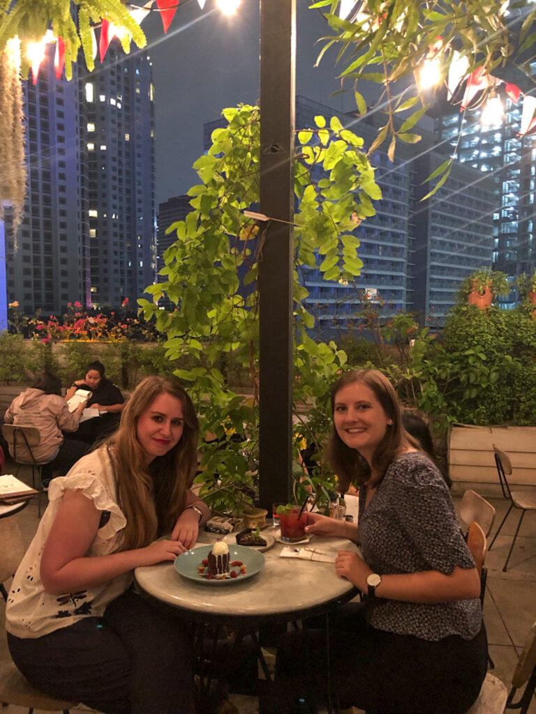 Zwei Frauen in einem europäischen Restaurant in Jakarta, Indonesien.