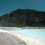 Ein hellblauer See in Asien.